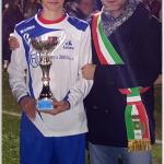 Il capitano Leonardo riceve la Coppa dal Vice  Sindaco di Viadana